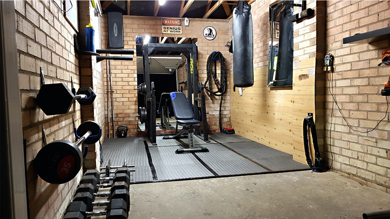 17 Amazing Garage Gym Ideas (1)